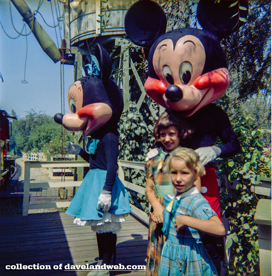 Minnie and Mickey at the Frontierland Station
